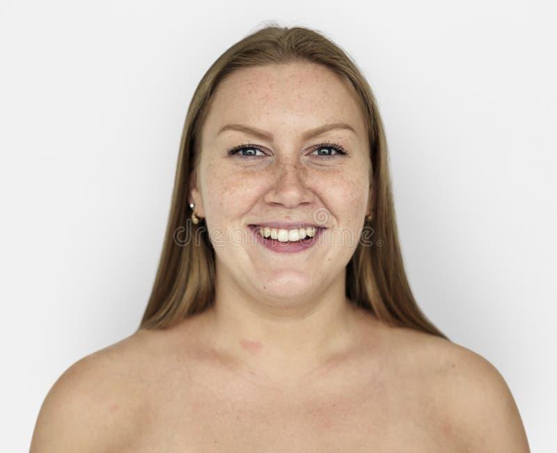妇女姜头发光秃的胸口微笑的画象 免版税库存图片