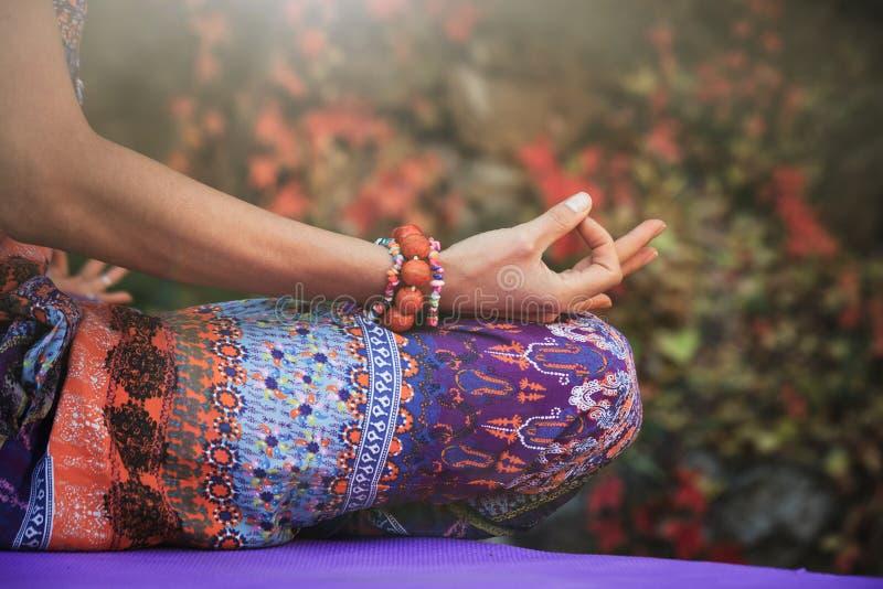妇女实践瑜伽在mudra的凝思手打手势特写镜头ou 库存照片