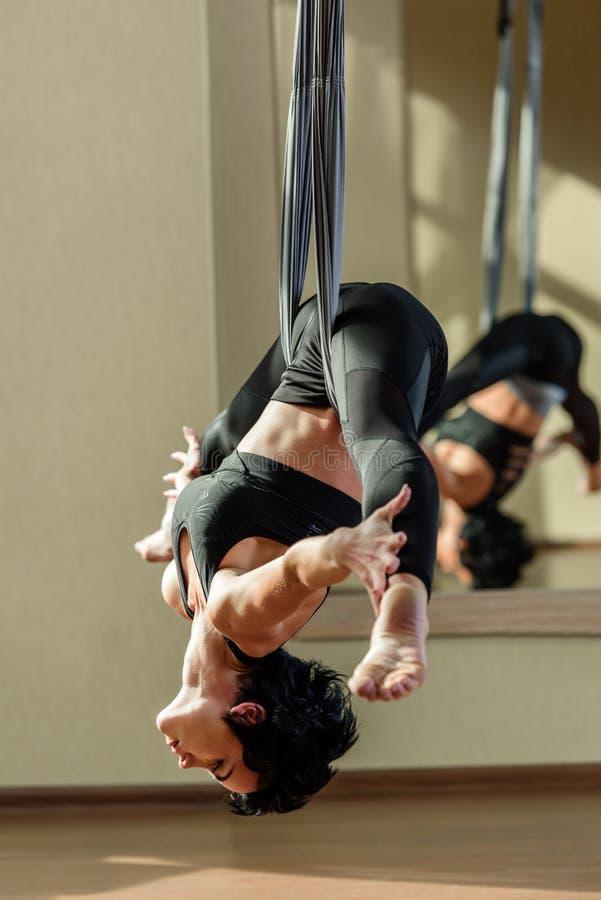 妇女实践的飞行瑜伽 免版税库存照片