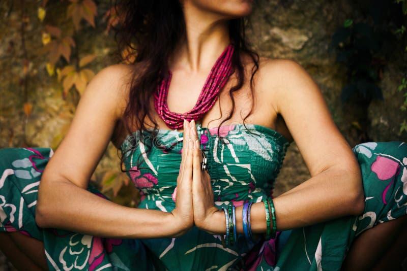妇女室外实践的瑜伽 库存图片