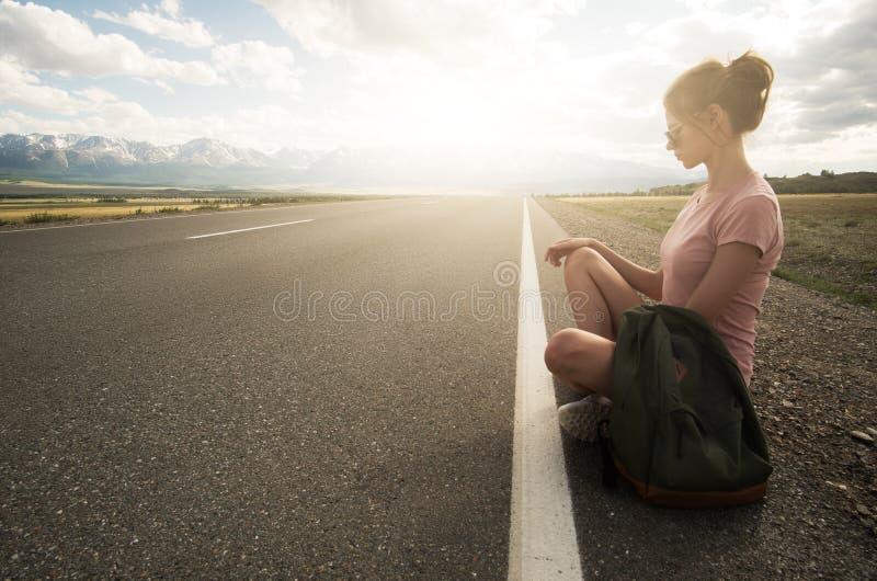 妇女室外背包徒步旅行者的旅行 免版税库存照片
