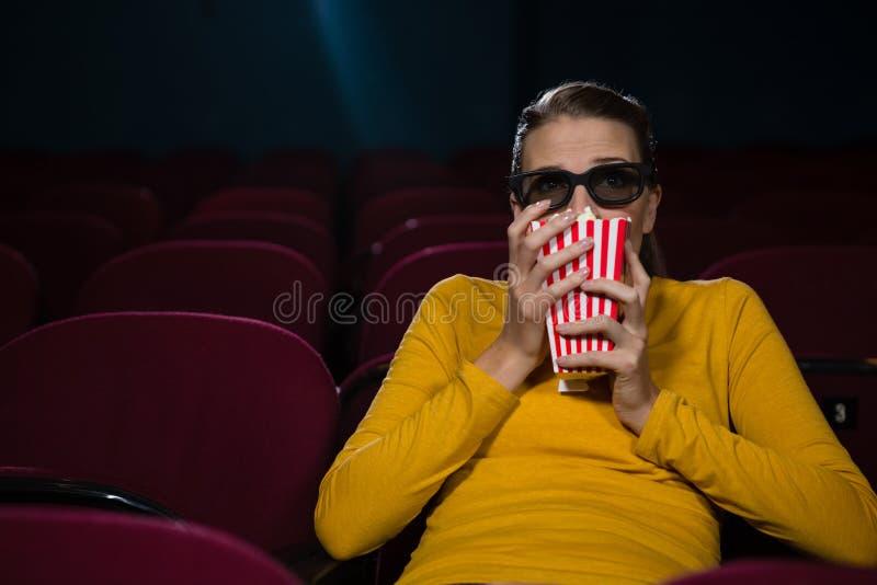 妇女害怕,当观看电影时 免版税图库摄影