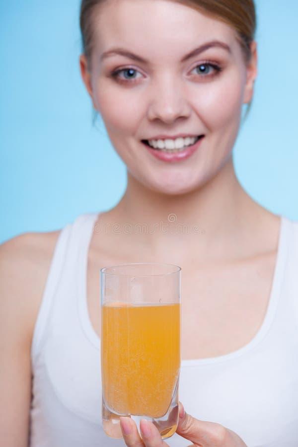 妇女对负玻璃与水和冒泡片剂 库存照片