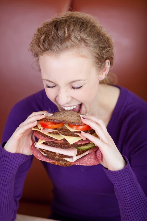 妇女尖酸的大汉堡 免版税图库摄影