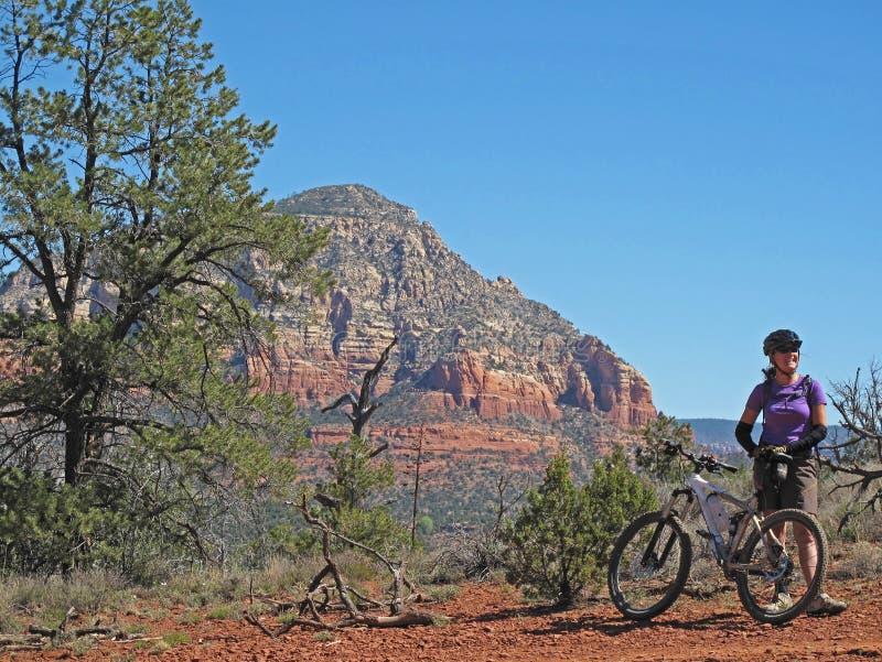妇女山骑自行车在红色岩石的, Sedona,美国 免版税库存图片