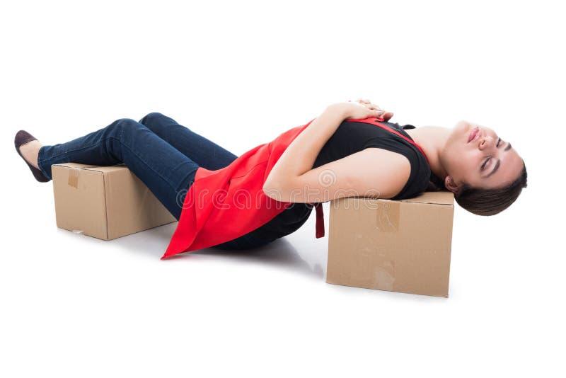 妇女干事被放置的睡着在纸板箱 免版税库存照片