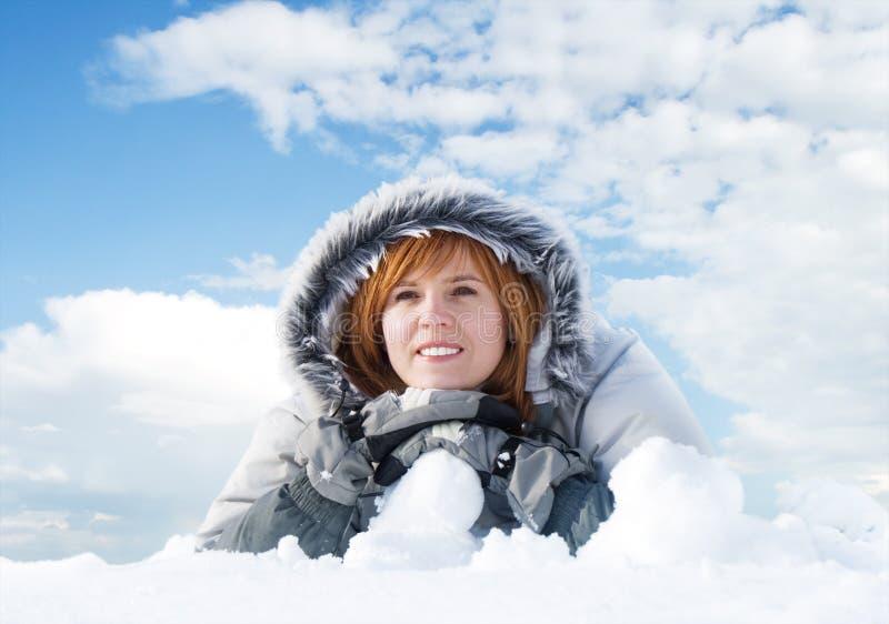 Download 妇女年轻人 库存照片. 图片 包括有 衣物, 人员, 题头, 成人, 云彩, 白种人, 女孩, 幸福, 圣诞节 - 3670342
