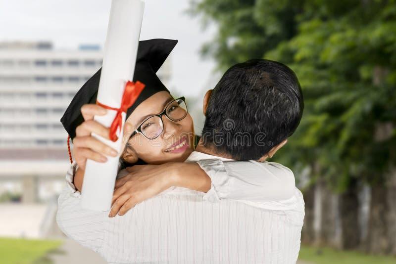 妇女庆祝与他的男朋友的毕业 库存图片