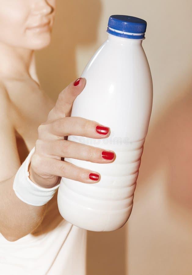 妇女建议采取瓶 库存图片