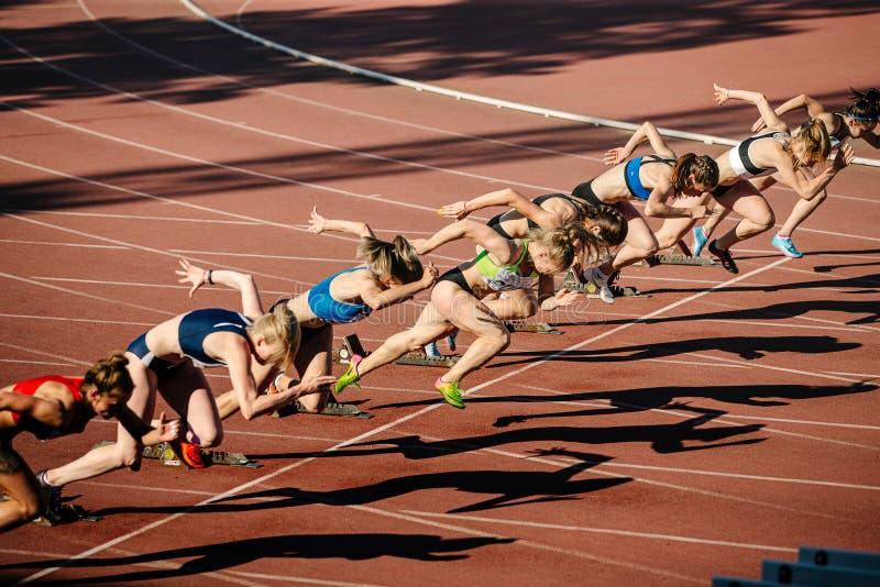 妇女开始跑100米冲刺 库存图片