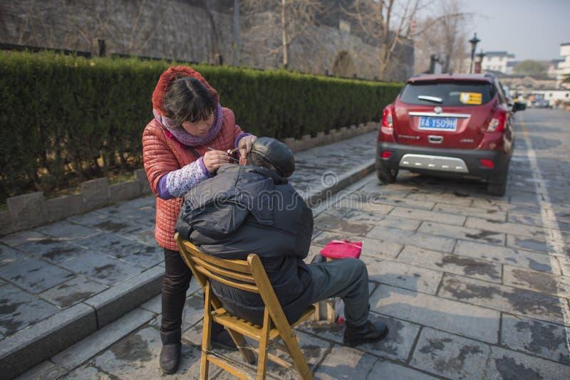 妇女开掘蒙塞 免版税库存图片