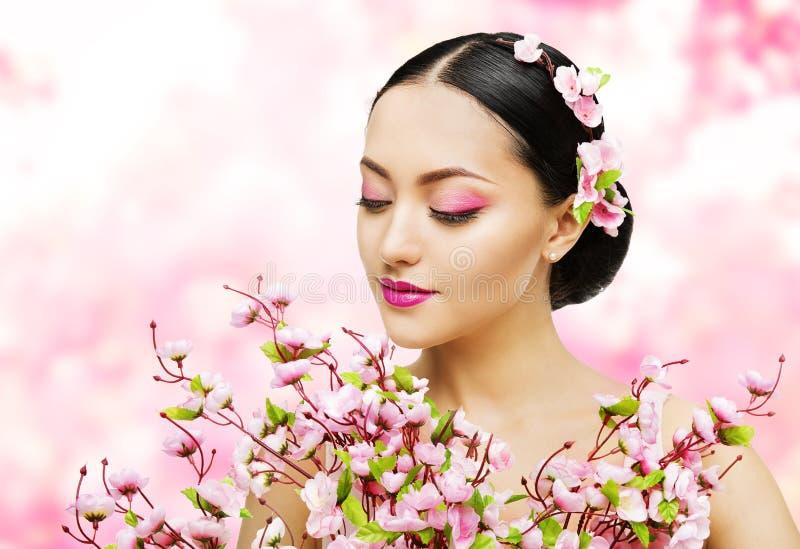 妇女开花束桃红色佐仓,女孩构成秀丽画象 免版税库存图片
