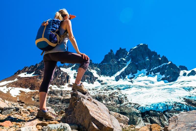 妇女徒步旅行者在岩石站立 库存图片