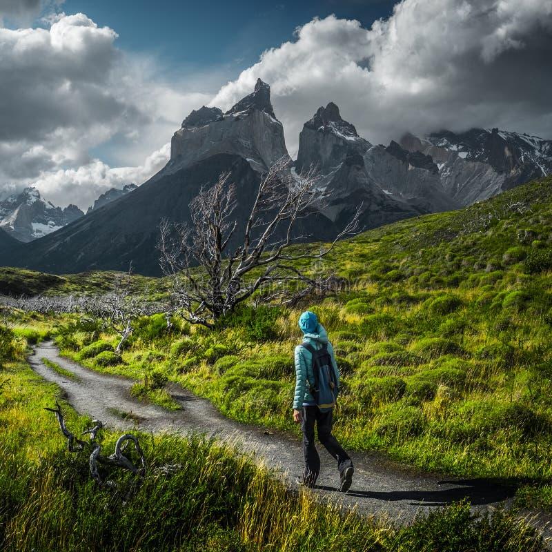 妇女徒步旅行者在足迹走 免版税库存图片