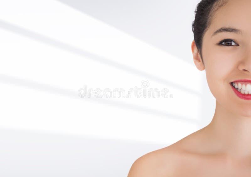 妇女微笑反对白色背景的一半 库存图片