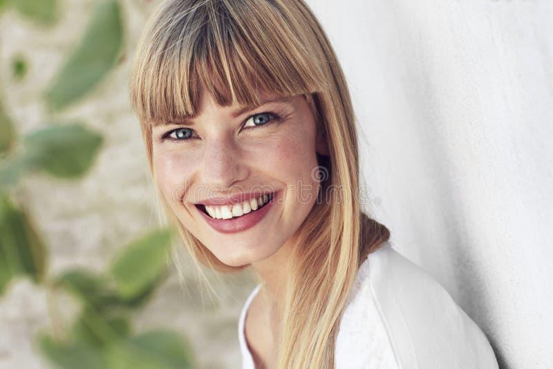 妇女微笑 免版税库存照片