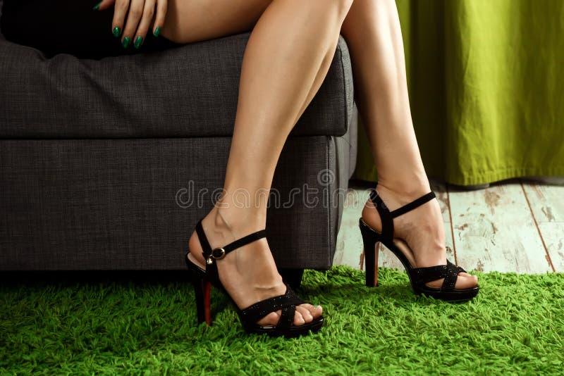 妇女性感的腿 heels high 穿有高跟鞋鞋子的美女腿礼服 概念鞋子,妇女的 免版税库存照片