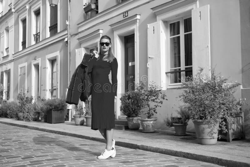 妇女总红色成套装备享用步行美丽的街道巴黎 巴黎人无忧无虑的步行在好日子 让步行 休闲和 免版税库存图片