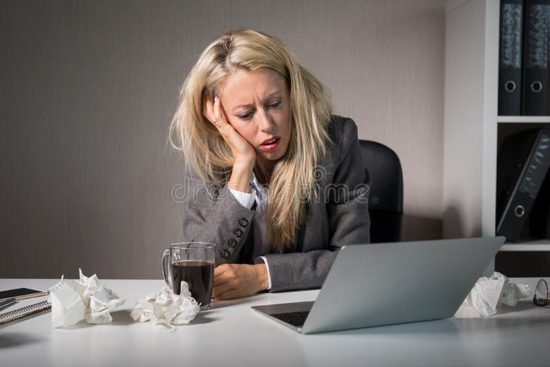 妇女恨她的工作 免版税库存图片