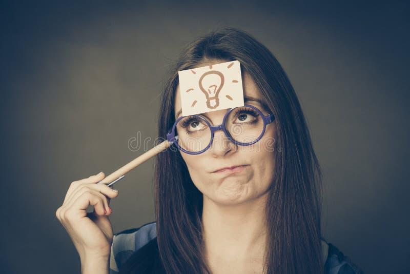 妇女想法的寻求解答 免版税库存照片
