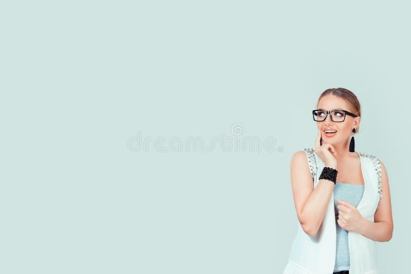 妇女想法的想知道的作白日梦 免版税库存照片