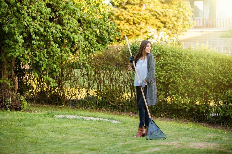 妇女愉快室外在后院,从事园艺 库存图片