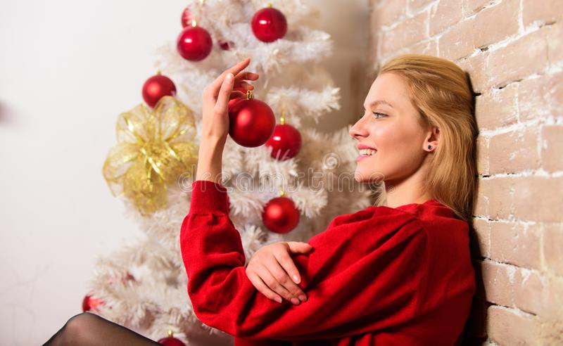 妇女愉快的举行圣诞节球装饰品 冬天装饰 寒假概念 女孩装饰圣诞树与 图库摄影