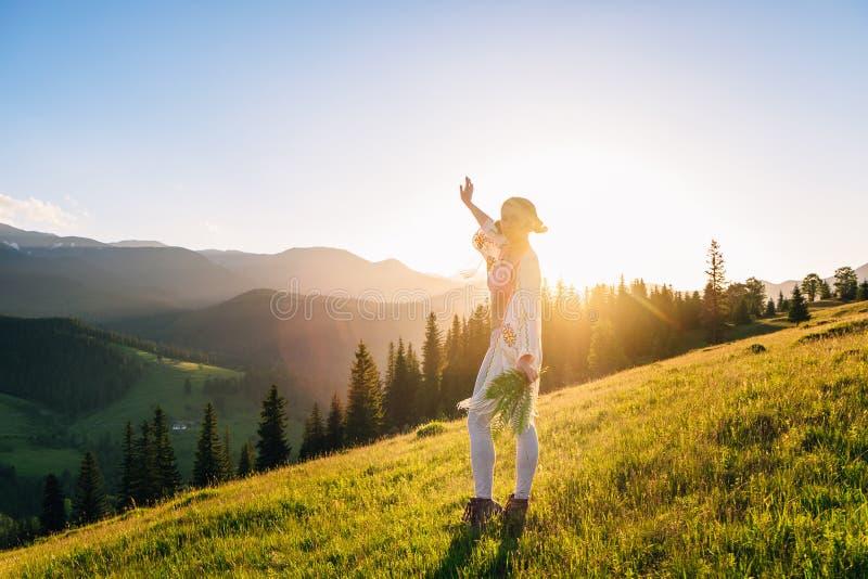 妇女感受自由和享受自然 库存图片