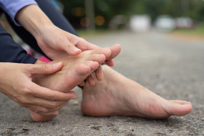 妇女感觉痛苦在她的脚 免版税库存图片