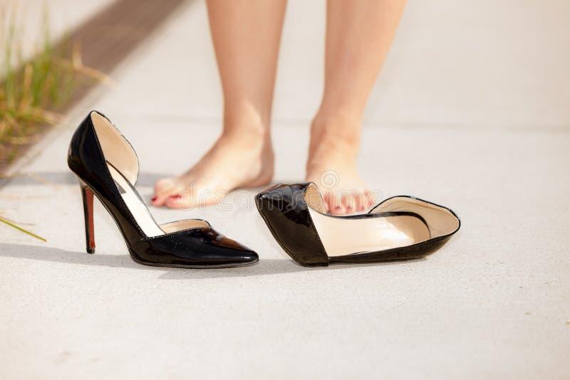 妇女感觉的痛苦在佩带高跟鞋以后 库存图片
