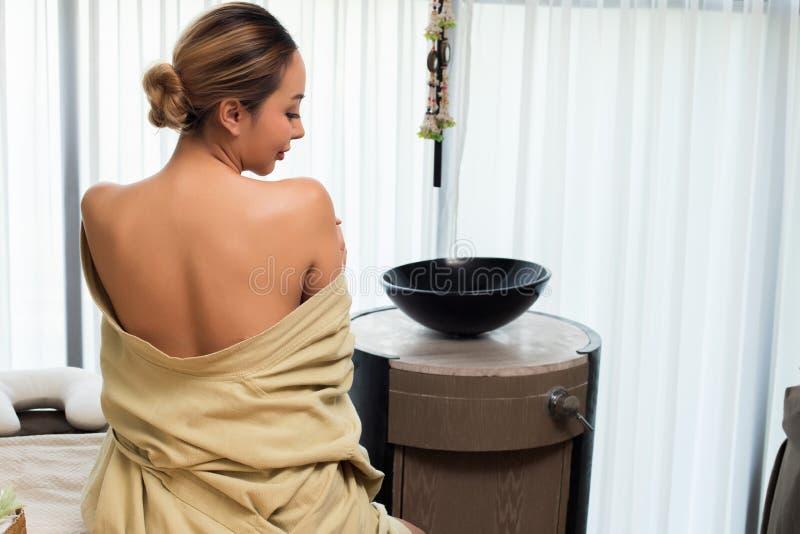 妇女感觉良好的泰国身体按摩油疗法 免版税库存图片