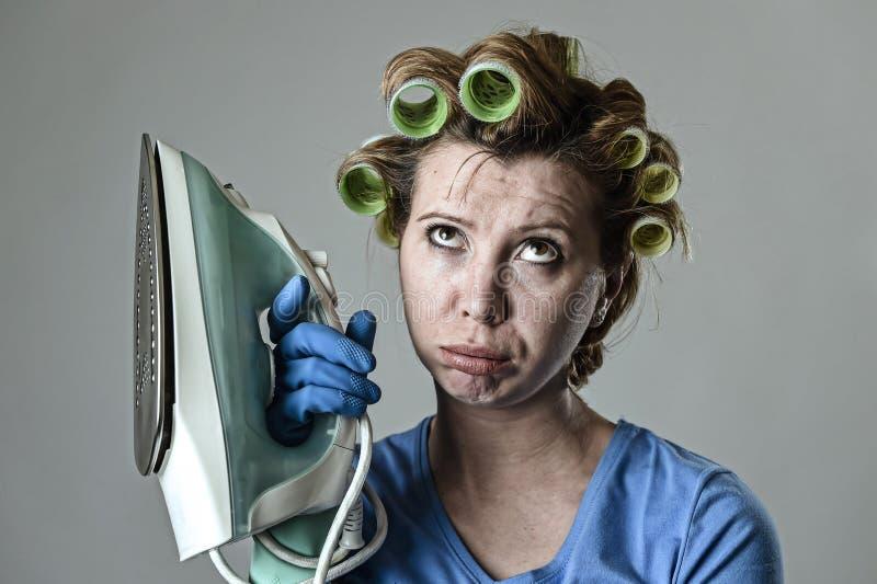 妇女或主妇沮丧哀伤的乏味和被注重的举行的铁恼怒和 图库摄影
