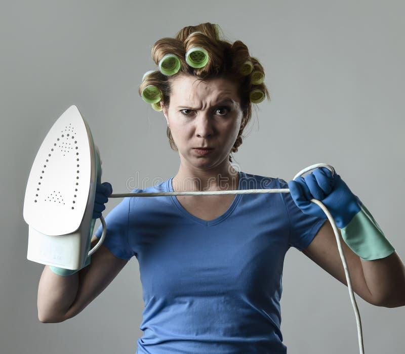 妇女或主妇沮丧哀伤的乏味和被注重的举行的铁恼怒和 免版税库存图片