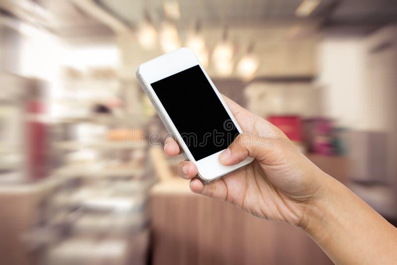 妇女手举行巧妙的电话,片剂,手机 免版税库存图片