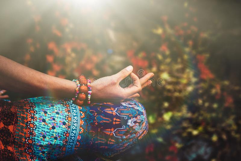 妇女手特写镜头在mudra姿态实践瑜伽凝思的 免版税库存照片