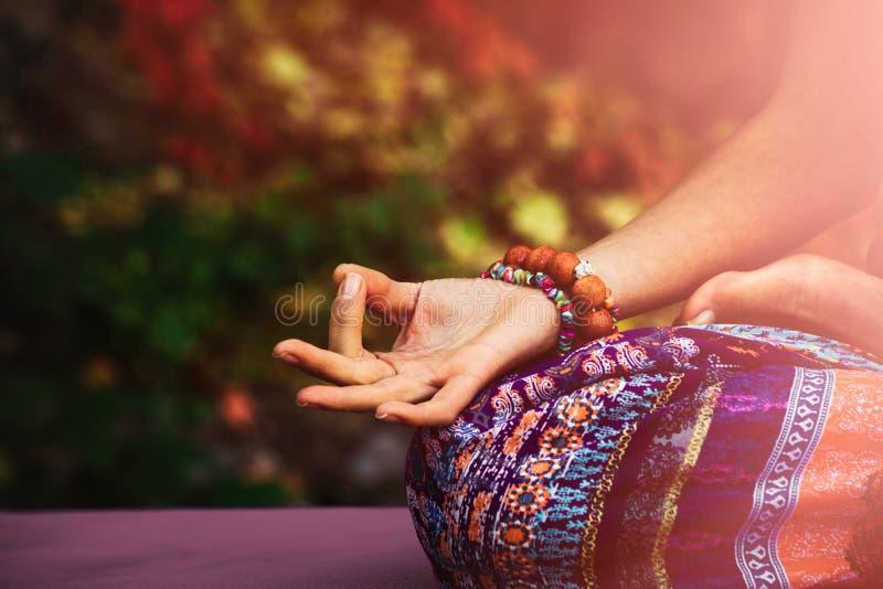 妇女手特写镜头在mudra姿态实践瑜伽凝思的 免版税图库摄影