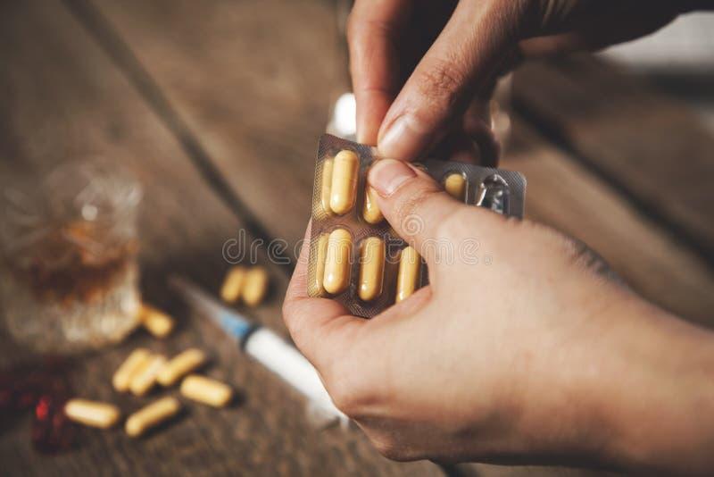 妇女手酒精药物 免版税库存照片