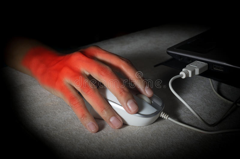 妇女手从使用老鼠得到了痛苦 库存图片