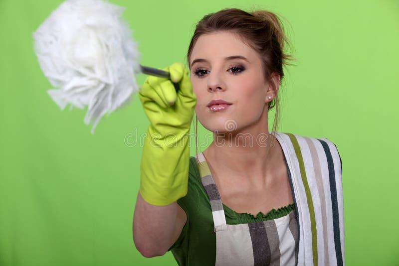 妇女打扫灰尘 免版税库存照片
