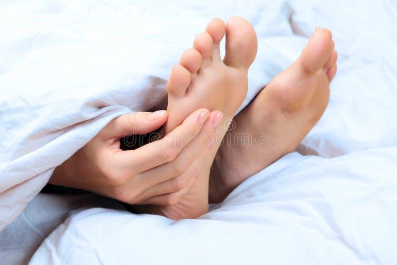 妇女抓她的脚 免版税库存照片