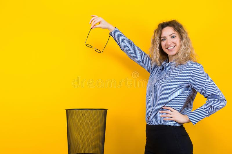 妇女投掷她的玻璃 库存照片