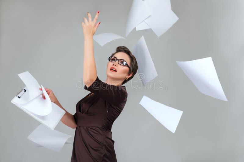 妇女投掷的纸页 免版税库存照片