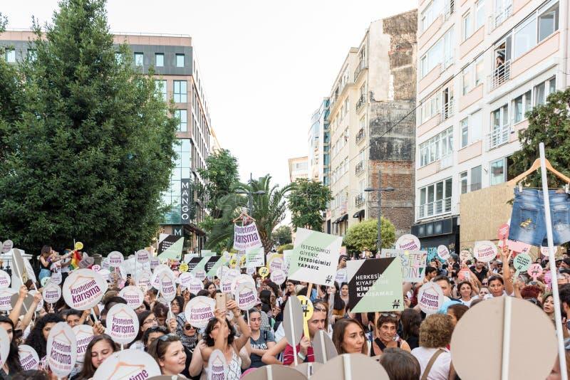 妇女抗议者在kadikoy召集反对干涉的妇女衣裳 库存照片