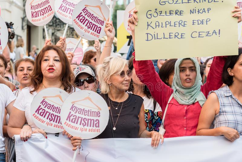 妇女抗议者在kadikoy召集反对干涉的妇女衣裳 库存图片