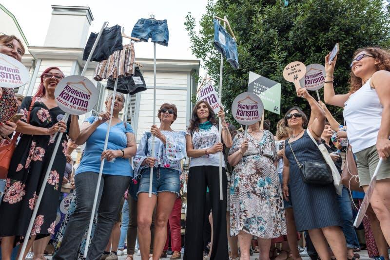 妇女抗议者在kadikoy召集反对干涉的妇女衣裳 免版税库存照片