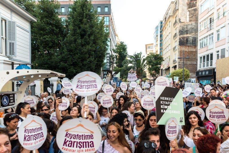 妇女抗议者在kadikoy召集反对干涉的妇女衣裳 免版税图库摄影
