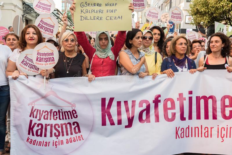 妇女抗议者在kadikoy召集反对干涉的妇女衣裳 图库摄影