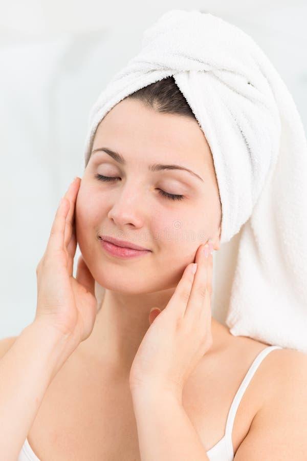 Download 妇女护肤 库存照片. 图片 包括有 纵向, 毛巾, 纯度, 接触, 头发, 闭合, beauvoir, 洗涤物 - 72355398