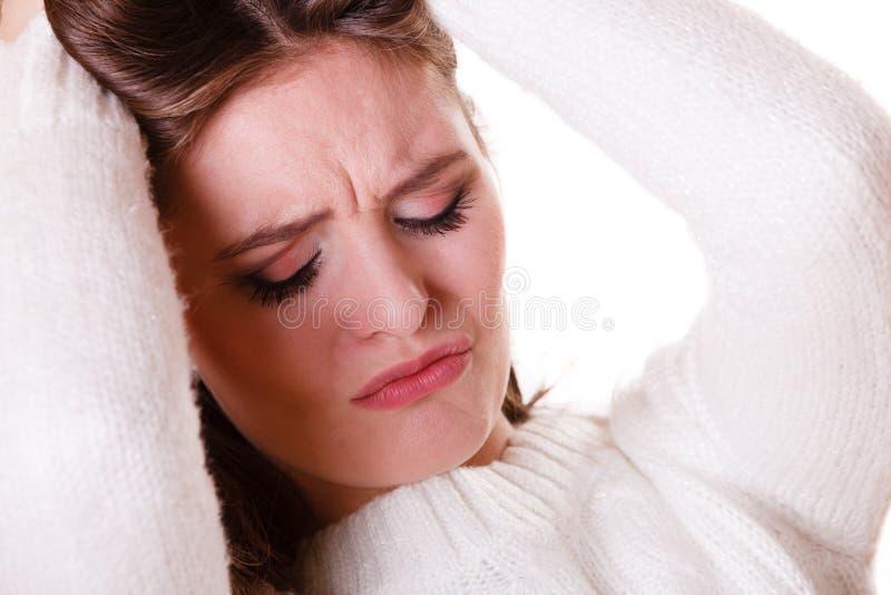 妇女拉扯有消沉的头发 库存图片