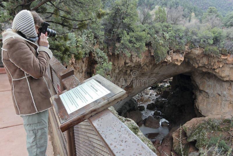 妇女拍摄杉木峡谷和Tonto自然桥梁 库存图片